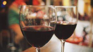 Das Foto zeigt zwei volle Rotweingläser und zeigt ein Escort-Dinner: Der Feel Begleitservice eignet sich für das gemeinsame Ausgehen in ein Restaurant oder eine Bar.