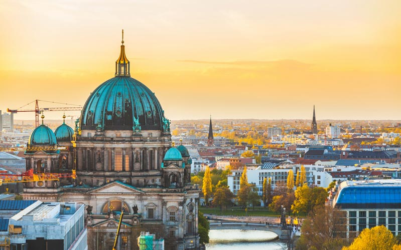 Dieses Bild zeigt einen Blick über Berlin mit der Spree im Vordergrund bei Sonnenuntergang und dient der Veranschaulichung des Themas Begleitservice und Escort Service in Berlin auf der Startseite der Escort Agentur Feel.